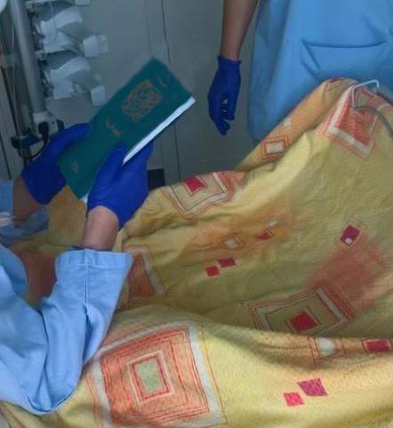 Ita Vita, remise de son livre de vie à une patiente du service d'hématologie de l'Oncopole de Toulouse